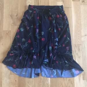 Kjol köpt här på Plick, den andra bilden är lånad eftersom kjolen är för liten på mig. Jag har stl M/L och denna kjol är stl XS men fungerar upp till S och en mindre M eftersom den har resår i midjan. Frakten ingår i priset💕