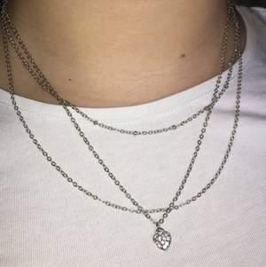 Säljer detta supergulliga halsband💗 Det har tre kedjor och ett hjärta med typ diamant stenar🤍