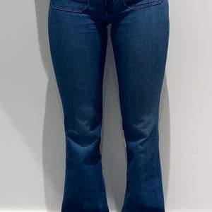 Blåa jeans från Wrangler, typiska 70-tals-framfickor, fint märke på bakfickan. Ca.3 månader sedan jag köpte dem. Använda ett fåtal gånger. (Nypris 900kr). Frakt ej inkluderat i priset, köparen står för frakt. Frakten kan vara annan än angivet, skriv för exakt pris. Skriv även för fler bilder!