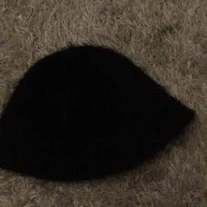 H&M fiske hatt, nästan aldrig använd, har aldrig haft lös, ingen annan har testat förutom jag, fluffigt material, ser ny ut. Köparen står för frakt