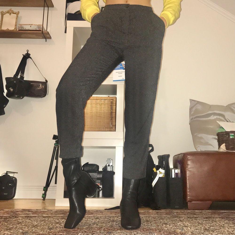 Dressy grå byxor från Monki i storlek 32. Högmidjade med resårband i svanken, så 32 funkar för mig som vanligtvis har 34.. Jeans & Byxor.