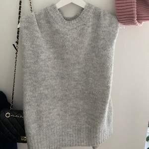 Säljer en ljusgrå stickad sweater väst eftersom jag har många liknande! Den är helt i nyskick och nästan aldrig använd! Väldigt oversized i modellen trots att den är storlek XS/S