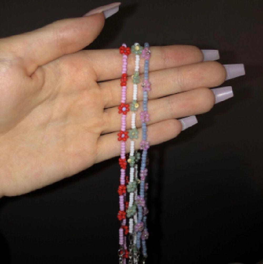 Har precis börjat göra egengjorda smycken, både halsband och armband till en början. Här är några idéer på vad jag kan göra, bara att ge önskemål. Har dom flesta färger. Kan göra sånna små blommor och även personliga smycken som t.ex ord eller namn i morsekod som bild 3. Tar ungefär 30 för armband och 50 för halsband beroende på hur mycket material det tar🥰. Accessoarer.