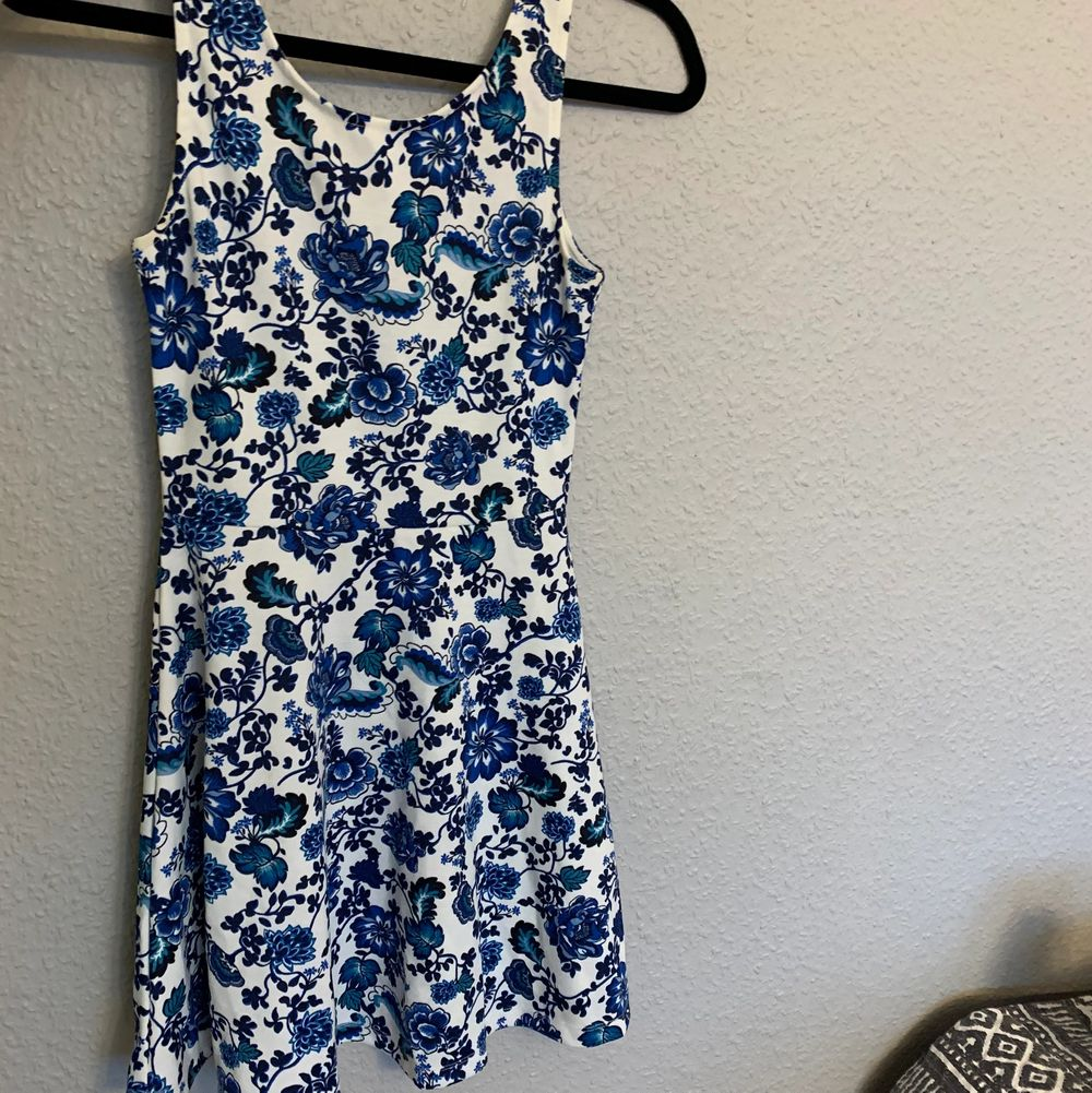 En jättesöt blommig klänning i storlek 34! 🧚🏻🧚🏻 Har lite vintage/ gammaldags design, använd 1 gång . Klänningar.