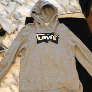 En grå levis hoodie i storlek M.
