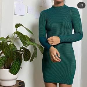 Snygg tajt klänning, smått randig i grönt o svart.