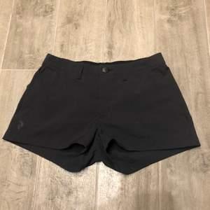 Nästan aldrig använda svarta snygga Peak Performance shorts. Med två fickor där fram och en ficka med dragkedja på baksidan. Köparen står för frakten och de betalas med Swish. Skriv privat för frågor eller fler bilder!💜✨