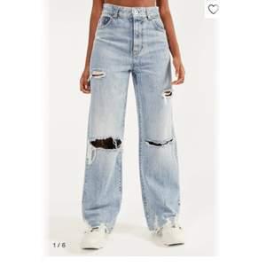Säljer dessa helt nya jeans med med prislappen kvar. Helt slutsålda på hemsidan!! säljer då jag råkade köpa 2 istället för 1 par. Kan mötas upp i centrala stockholm eller frakta, men då står du såklart för frakten. skriv för mer info!! 💕