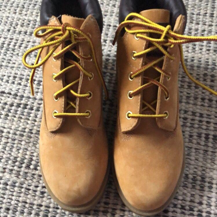 Ett par barn timberland skor, är använda Max 3 gånger men ser helt nya ut! Storleken står att dom är 2,5 dom är 23cm långa. Skor.