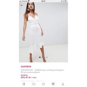 Hej, söker efter denna klänning helst i storlek 34, men 36 går även bra. Har ni den till försäljning köper jag gärna den! Betalar självfallet för frakten också.
