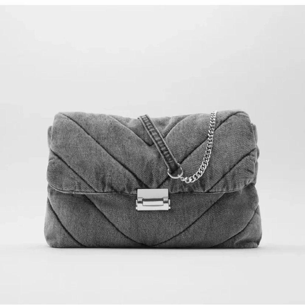 Super fin väska från zara i grått jeans material! Använd vid ca 3 tillfällen så väskan är i fint skick. Köparen står för frakt.. Väskor.