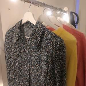 Blommig fin skjorta med ballongärmar från Monki🌸 Använd en gång! Frakten ingår inte i priset utan tillkommer:)