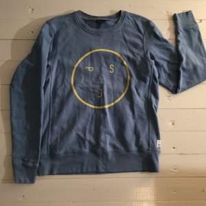 Säljer denna blåa collegetröja från Paul Smith, storlek S. Nypris cirka 1000kr, säljer för 150kr.