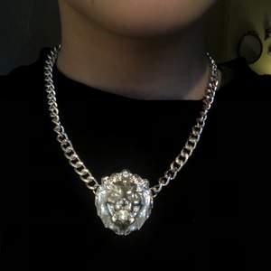 SUPERsnyggt silverhalsband med ett lejon på. Perfekt längd och riktigt fin. originalpris 150kr