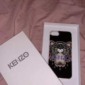 Ett super fint KENZO skal till iPhone 6-7. Det är en liten skada på högra sidan längst ner men det är inget man lägger märke till. Köpt för 449kr men säljer för 50kr