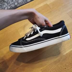 Knappt använda skor som liknar vans, men som inte kunnat användas ordentligt pga. för att de är för liten storlek. Nästintill nya. Pm gärna vid frågor! ❤️