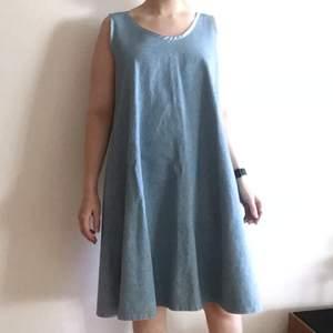 Välsydd unik jeansklänning. Uppskattar den till en L, och jag på bilden är S upptill och M/L nedtill för referens.