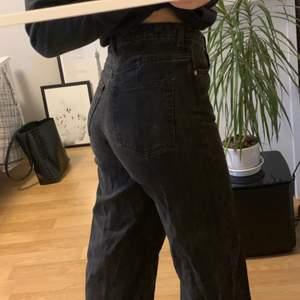 Säljer dessa fina raka jeans från weekday då dem har blivit förstora i midjan på mig 😞 jeansen är lagomt använda och lite urtvättade men fortfarande i bra skick och en färgtvätt så är den så gott som nya 🥰😍 (frakt tillkommer ✌🏽)