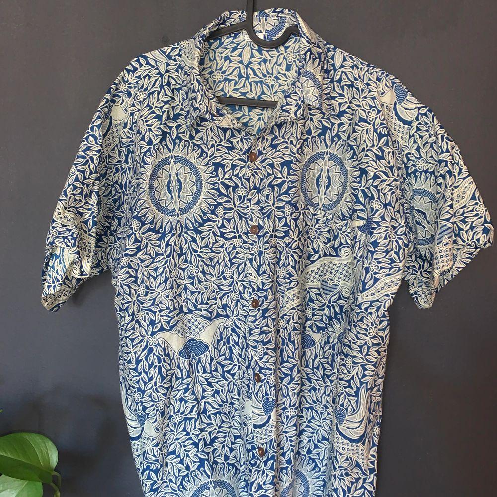 Kortärmad skjorta ifrån indonesien ! Storlek L men passar bättre på M ! 120kr inklusive frakt ⏰⏰. Skjortor.