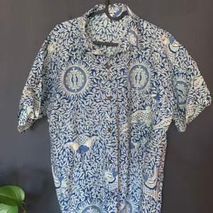 Kortärmad skjorta ifrån indonesien ! Storlek L men passar bättre på M ! 120kr inklusive frakt ⏰⏰