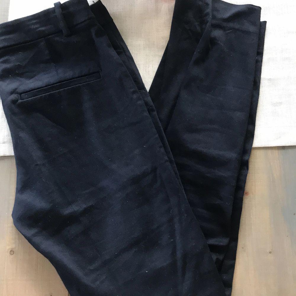 Marinblå kostymbyxor från HM. Supersnygga och sköna men tyvärr för korta för mig. Endast använda 1 gång. 50 kr + frakt. . Jeans & Byxor.