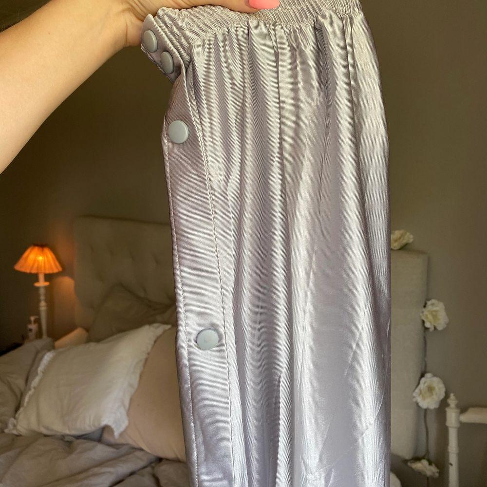Helt nya med prislapp kvar från Beyond retro. St L och skulle säga att de är en herr L. Unisex, 450kr inklusive frakt🌸⭐️. Jeans & Byxor.