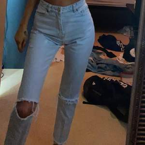 Monki jeans som jag klippt själv och blekt, storlek 24, kan gå ner i pris vid snabb affär
