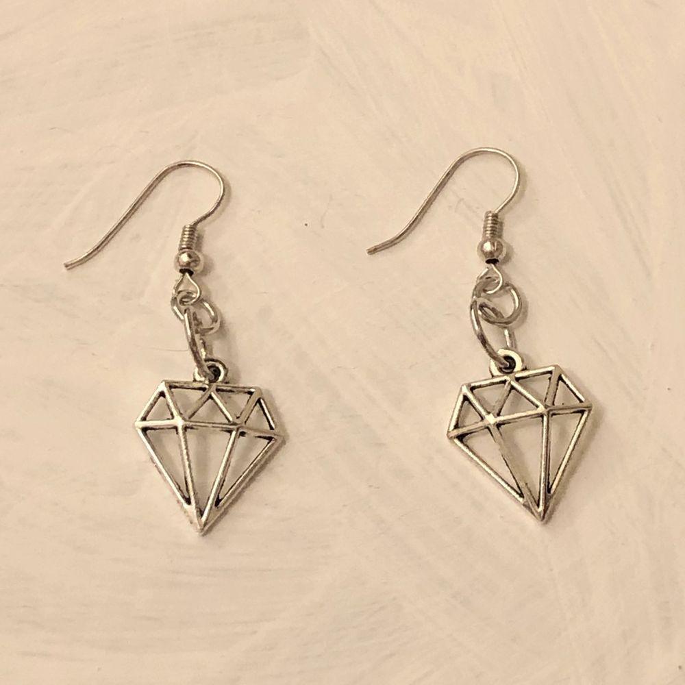 INTE ÄKTA SILVER! Handgjorda örhängen. Köparen står för frakten (11 kr) ✨💕 . Accessoarer.