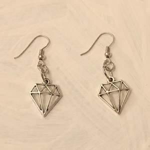 INTE ÄKTA SILVER! Handgjorda örhängen. Köparen står för frakten (11 kr) ✨💕