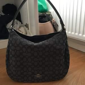 Jättefin äkta väska från Coach i nyskick! Köpt på Coach butiken i New York. Nypris 2000 kr. Säljer för 500 då äkthetsbevis saknas (exklusive frakt)