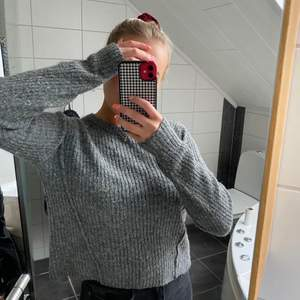 Stickad tröja från bikbok som sticks lite men är så sjukt snygg🥵💗 brukade ha tunna långarmade tröjor under o de funkar perfekt till hösten🥰