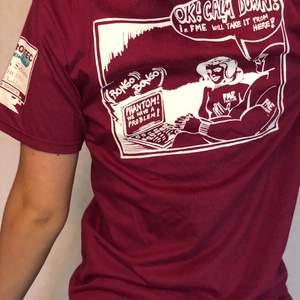 Skitcool t-shirt med tryck på ryggen och armen. Mycket fint skick! Märkt S men passar XS- L beroende på hur man vill att den ska sitta (jag är M). Köparen står för frakten💗