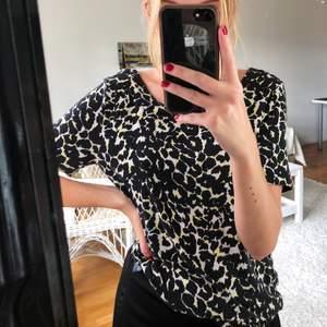 Leopardmönstrad t-shirt med djup rygg🌼 Använt skick💗 (Storlek och märke saknas) (Frakt tillkommer)