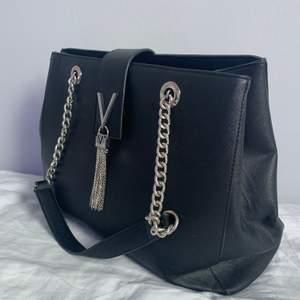Jag säljer en svart Valentino shoppingbag. Den är 29 cm hög, 37 cm lång och 14 cm bred. Nypriset är 1195 kr men jag säljer den för 450 kr. Väskan hämtas upp i Sollentuna men ger ut adressen endast vid köp eller så kan jag mötas upp inom Stockholm