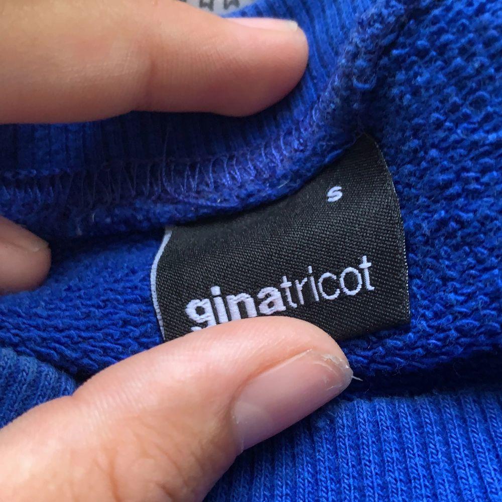 Super fin tröja från Gina i stl s men den känns lite ovärdige men sitter super skönt och fint. Har använt den ca 4 gånger så den är så gott som ny. Säljer för 99+ frakt 50. Om ni bor nära kan vi mötas upp!. Tröjor & Koftor.