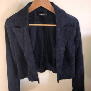 frakt ingår i pris! marinblå avklippt blazer i manchester. använd ca 2 gånger. storlek 40 men sitter dom 36/38