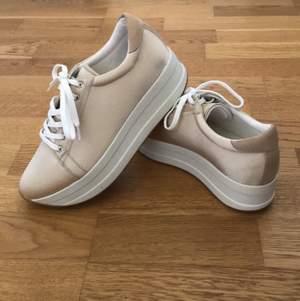 Jättefina skor ifrån Vagabond i storlek 38. Säljer pga att de är för små. Nästan aldrig använda så fin skick! Står ej för frakten💞