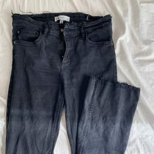 Svarta anklejeans med slitningar vid fötterna från Mango. Storlek 40 men passar 38. PRIS: 120kr