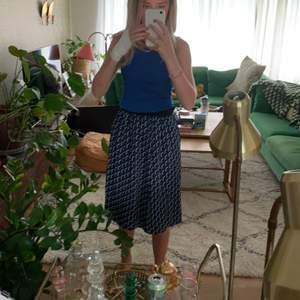 Lite längre kjol. Är 166 ovh på mig går den som på bilden.