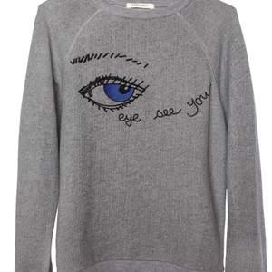 """Säljer denna superfina grå tröja från Ragdoll LA med texten """"Eye See You"""" i storlek M för mycket billigare pris. Den är väldigt mysig o passar bra i alla årstider. Väldigt snyggt o ha med ett par jeans eller kjol. Originalpris: 1749 kr"""