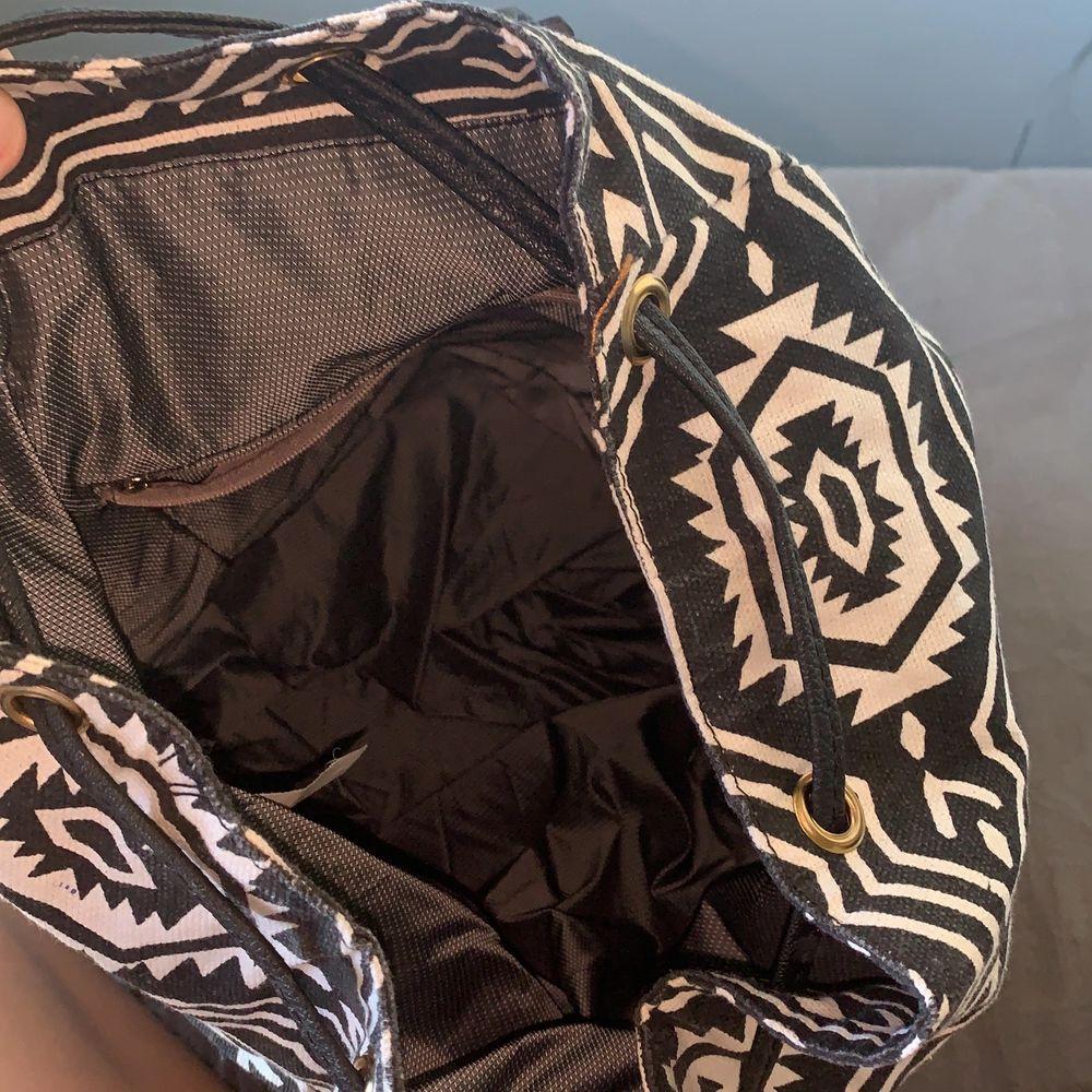 Mönstrad ryggsäck i svart och vitt. Får plats med mycket och är väldigt fin. Köpare står för frakt.. Väskor.