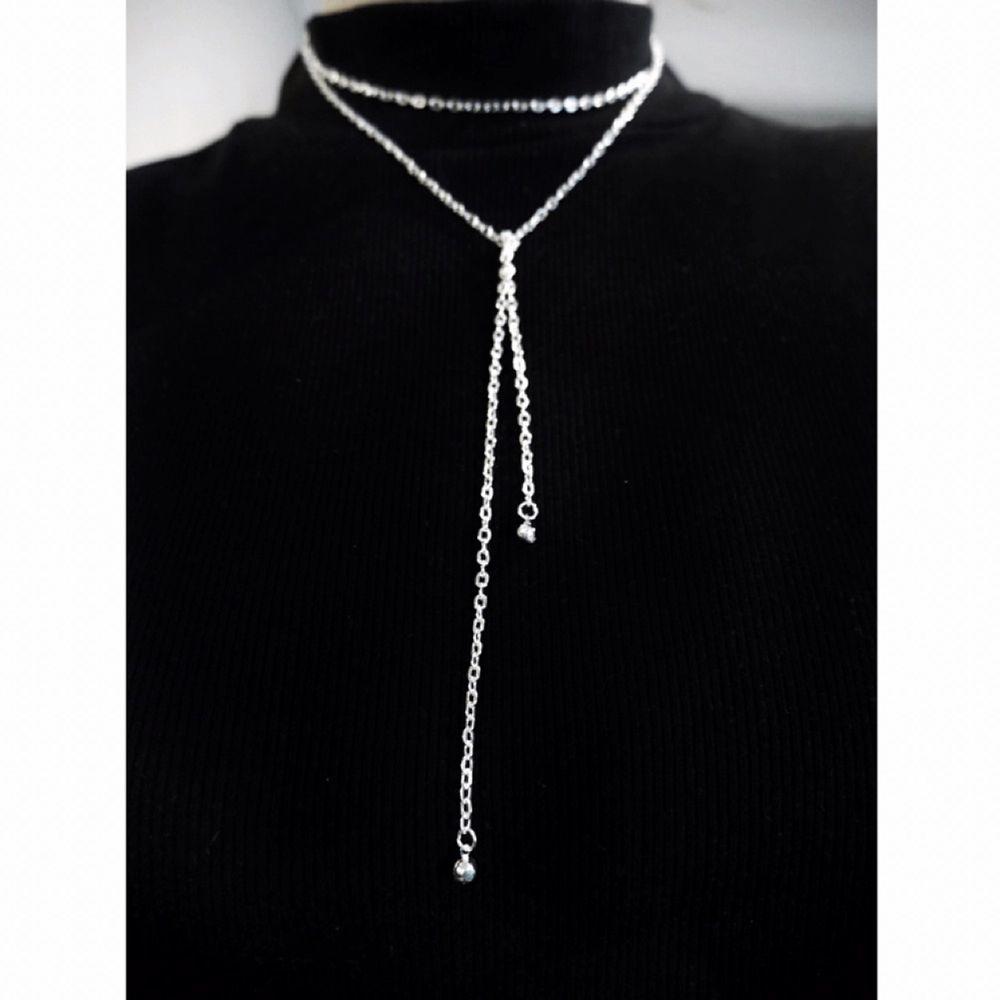 Helt unikt egengjort halsband som man knyter framtill. Kan tillverkas i guld också. Längden är ställbar så man kan både bära det lösare/tightare. Frakten är inräknad i priset. Accessoarer.