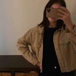 Helt ny jeansjacka från Ginatricot i färgen beige Storleken är M men passar alla storlekar Kan frakta jackan men köparen står för kostnaden 💜💜pris kan diskuteras