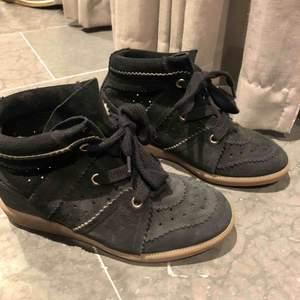 Säljer mina superfina Isabel marant skor, säljs på grund av att de inte gick till användning, använt dom ca en höst. Äkta!  Nypris:4700, pris kan diskuteras
