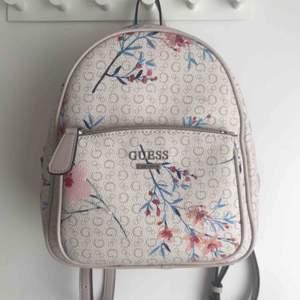 GUESS (floral, limited edition) ryggsäck  Helt oanvänd! Köpt i USA förra månaden, nypris 145 USA-dollar