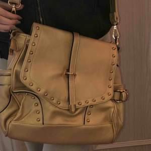 Säljer en helt ny väska från encanto da vida, såklart äkta! Lappen finns även kvar, möts upp i Göteborg eller står köparen för frakt