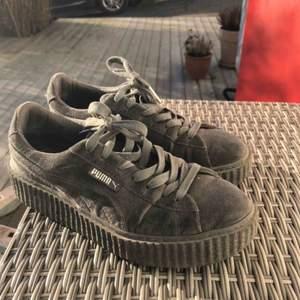 Rihanna x puma skor nästan aldrig använt, hög sula och sjukt sköna. Färgen är typ grå silvrig. Originalpris cirka 1900 kr. Fråga gärna för fler bilder