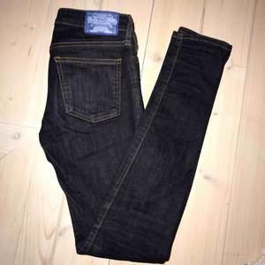 Snygga smala jeans från Crocker! Mörk tvätt i riktigt jeansmaterial. Normalhöga i midja och som nyskick! Storlek 25 i midja och 32 i längd i modellen pep skinny från crocker/jc💗
