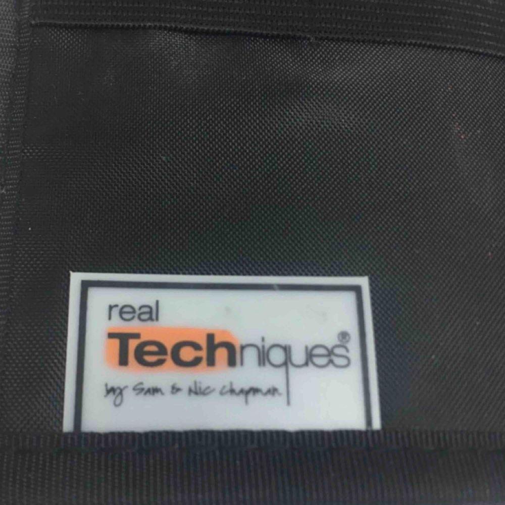 Hämta hos mig i Majorna eller jag skickar , bra sick 😀( bara väska ) Märke: Real Techniques Typ: Sminkväska Modell: Sminkborsthållare Färg: Svart Bredd (cm): 20 Djup (cm): 1 Höjd (cm): 18 . Accessoarer.