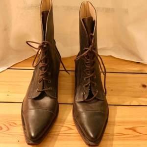 Handgjorda läderskor från Sko Uno, Pippi Långstrump style, passar lika bra höst som vår till ett par jeans eller en klänning. Använda två gånger. Storlek 39. 100% läder. Frakt tillkommer.